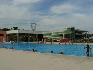 Le grand bassin extérieur du centre aquatique de Delle