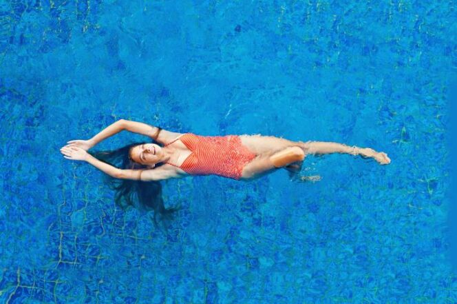 """Le haut-parleur flottant de piscine permet de profiter de sa mélodie préférée dans son bassin.<span class=""""normal italic petit"""">© LiudmylaSupynska - Thinkstock</span>"""
