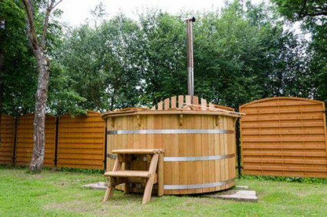 Le hot tub en bois est une installation qui permet de se détendre dans l'eau chaude dans votre jardin.