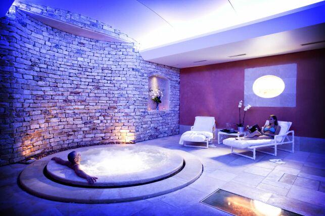 Le jacuzzi du spa de l'Auberge de Cassagne à Le Pontet