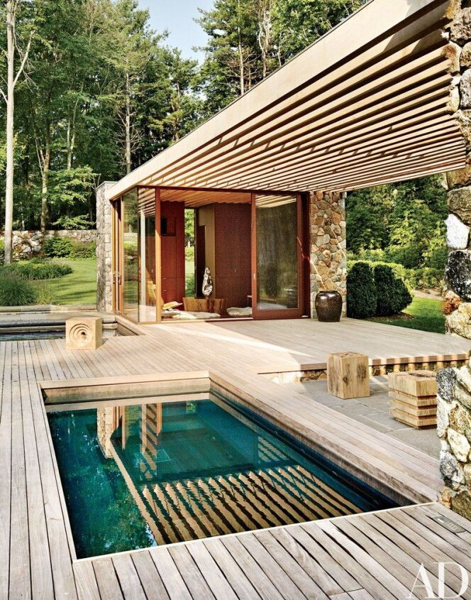 """Le jacuzzi, espace de détente complémentaire à la piscine.<span class=""""normal italic petit"""">© Architectural Digest</span>"""