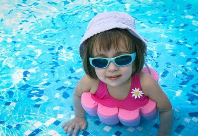 """Le maillot de bain flottant, l'accessoire piscine recommandé pour les enfants<span class=""""normal italic petit"""">© Eléonore H - Fotolia.com</span>"""