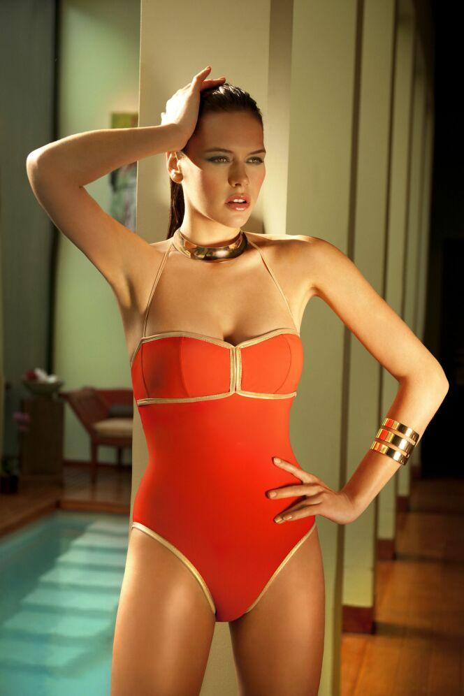 Le maillot de bain un-pièce couleur corail par Joy de Villaret pour l'été 2013