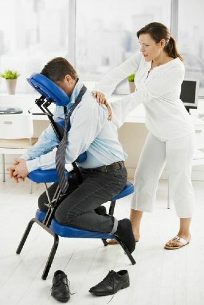 """Le massage assis permet de réduire le stress au travail<span class=""""normal italic petit"""">© StockLite - Shutterstock</span>"""