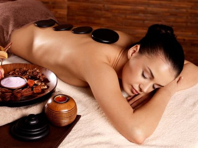 """Le massage aux pierres chaudes<span class=""""normal italic petit"""">© Valua Vitaly - Shutterstock</span>"""