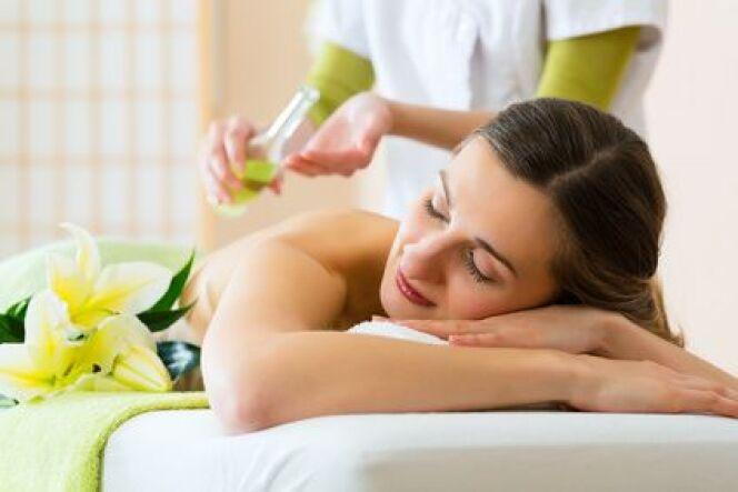 """Le massage balinais détend et active le drainage<span class=""""normal italic petit"""">© Kzenon - Fotolia.com</span>"""
