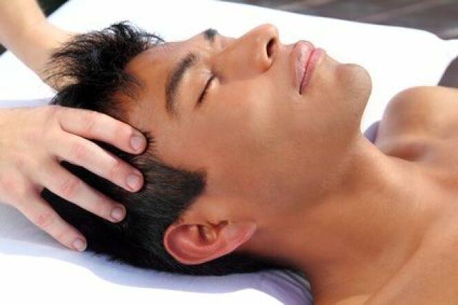 "Le massage du cuir chevelu<span class=""normal italic petit"">© lunamarina - Fotolia.com.jpg</span>"
