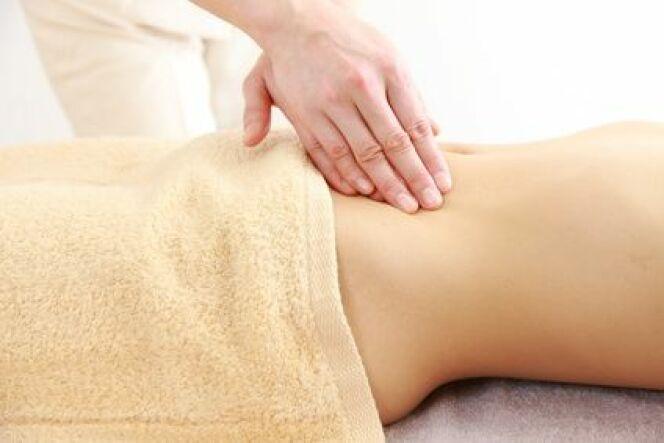 Le massage du ventre soulage les crampes abdominales et les ballonements