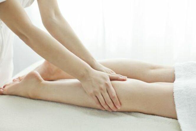 """Le massage pour jambes lourdes active le drainage lymphatique et la circulation<span class=""""normal italic petit"""">© Sukiyaki - Shuttersotck.com</span>"""