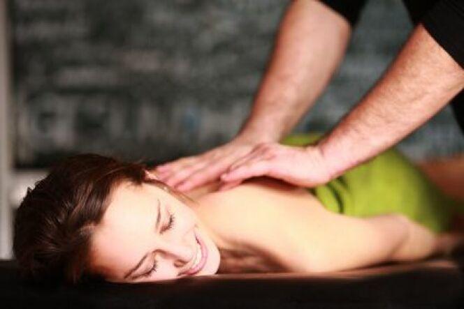 """Le massage relaxant permet d'évacuer stress et fatigue<span class=""""normal italic petit"""">© Peter Atkins - Fotolia.com</span>"""
