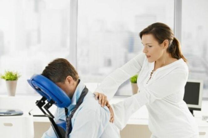 Le modelage assis aide à lutter contre le stress et la fatigue