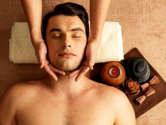 Le modelage du visage détend les muscles faciaux pour un effet bonne mine