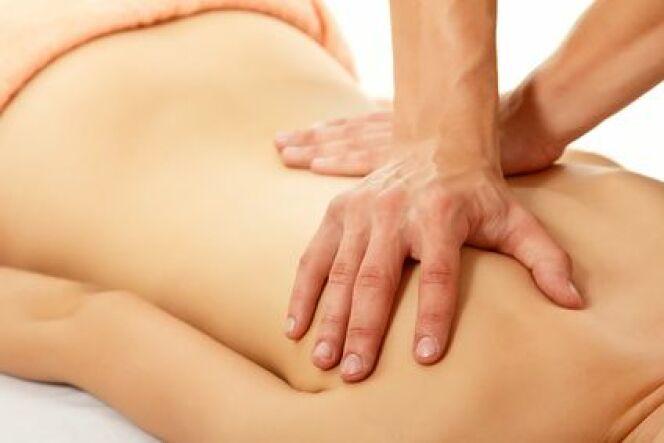 Le modelage est réalisé par une esthéticienne, tandis que le massage est pratiqué par un kinésithérapeute.
