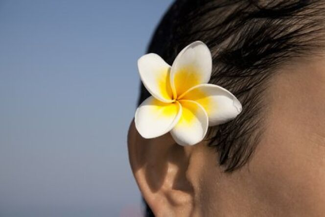 Le monoï est une huile naturelle à base de fleur de tiaré de Tahiti.