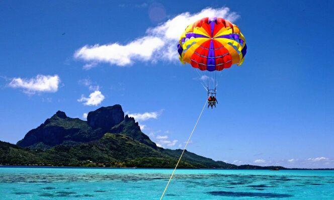"""Le parasailing<span class=""""normal italic petit"""">© tahiti.com</span>"""