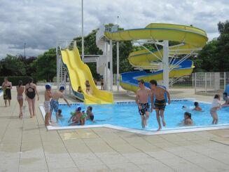 Le petit bassin et les toboggans de la piscine Aquadel à Mauléon.
