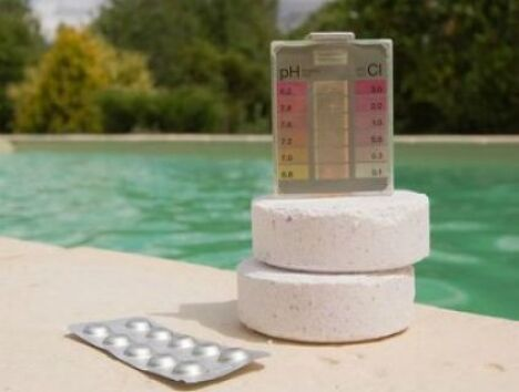 """Le pH de l'eau de votre piscine est un paramètre important qu'il faut savoir régler.<span class=""""normal italic"""">© Toanet - Fotolia.com</span>"""