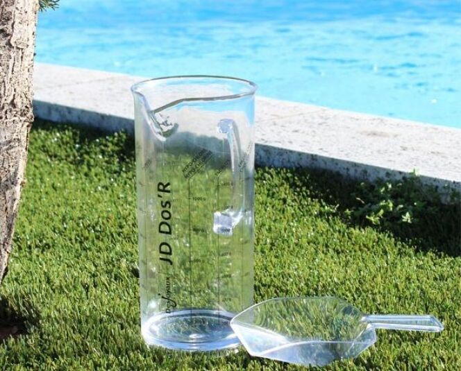 """Le pichet doseur pour produits piscine proposé par Desjoyaux<span class=""""normal italic petit"""">© Desjoyaux</span>"""