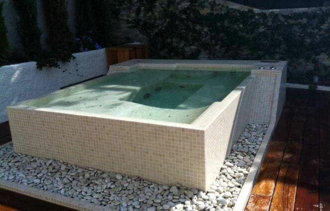 """Le prix d'un spa en mosaïques<span class=""""normal italic petit"""">© Clair Azur</span>"""