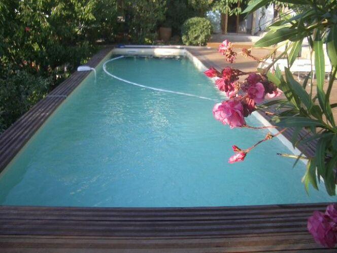 """Le prix d'une piscine en bois enterrée varie selon plusieurs critères.<span class=""""normal italic petit"""">© Bluewood</span>"""