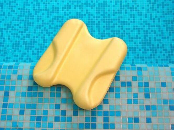 """Le pull buoy, pratique pour se muscler le haut du corps dans la piscine<span class=""""normal italic petit"""">© Fotolia</span>"""
