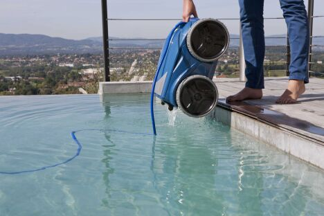 """Le robot de piscine Vortex 4 4WD de Zodiac nécessite peu d'efforts pour le sortir de l'eau.<span class=""""normal italic petit"""">© Zodiac Pool Care Europe</span>"""