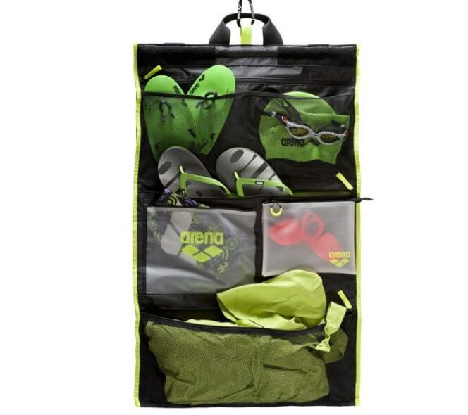 """Le sac Fast Roll d'Arena peut se suspendre facilement grâce à un système de mousqueton<span class=""""normal italic petit"""">© Arena</span>"""
