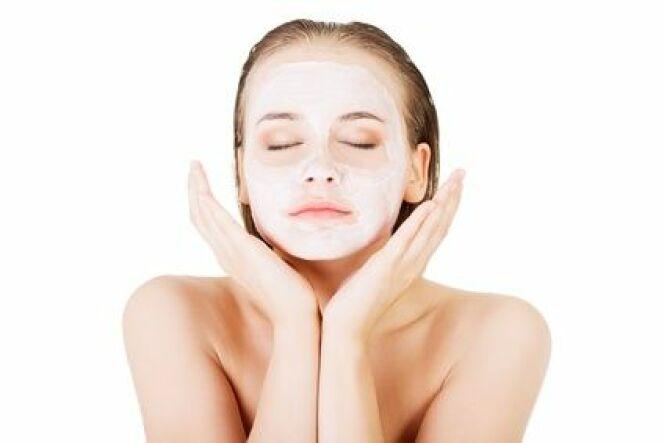 """Le sauna facial peut être utilisé en complément d'un soin du visage dont il boostera l'efficacité.<span class=""""normal italic petit"""">© Piotr Marcinski</span>"""