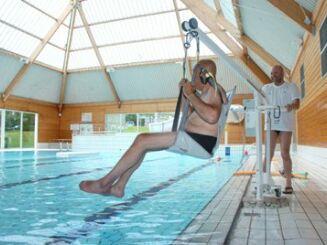 La piscine olympique est équipée d'un siège de mise à l'eau pour les personnes handicapées.