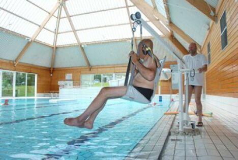 """La piscine olympique est équipée d'un siège de mise à l'eau pour les personnes handicapées.<span class=""""normal italic petit"""">DR</span>"""