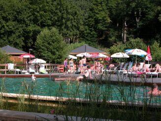 Le solarium de la piscine à Lacapelle-Biron