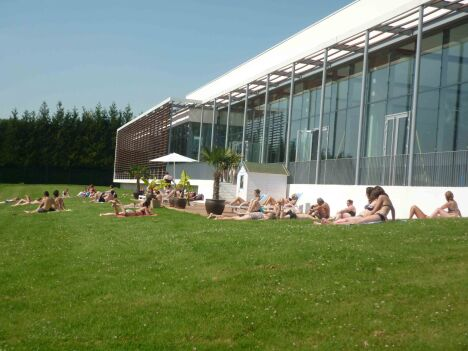 Le solarium extérieur du centre aquatique Alméo à Moreuil
