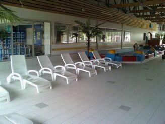 Le solarium intérieur de la piscine à Dompierre sur Besbre propose des transats.