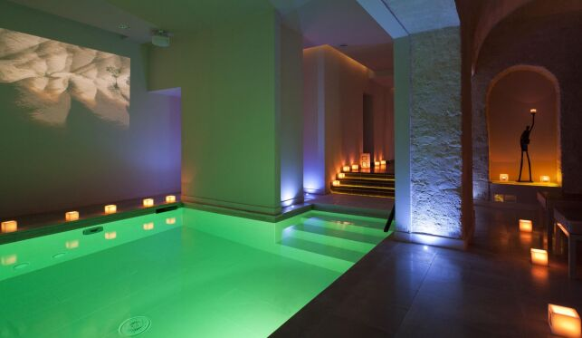 Le spa 28 à Paris possède une piscine intérieure équipée de la chromothérapie.