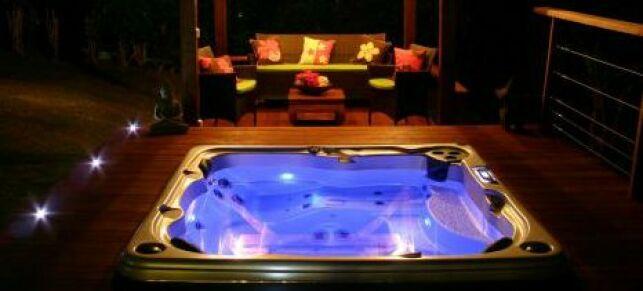 Le spa acrylique Serenity de Clair Azur est équipé de la chromothérapie.