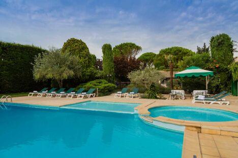 """Le spa de l'Auberge de Cassagne à Le Pontet dispose d'une piscine extérieure à quelques minutes d'Avignon.<span class=""""normal italic petit"""">DR</span>"""