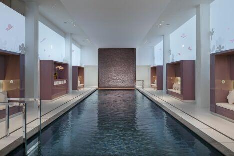 """Le spa du Mandarin Oriental à Paris (1er) possède une grande piscine intérieure chauffée.<span class=""""normal italic petit"""">DR</span>"""