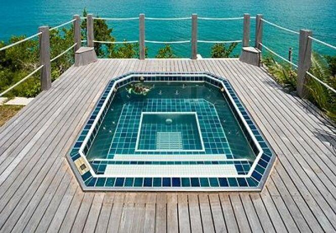 """Le spa en inox peut s'installer aussi bien en extérieur qu'en intérieur.<span class=""""normal italic petit"""">© Jon-e</span>"""
