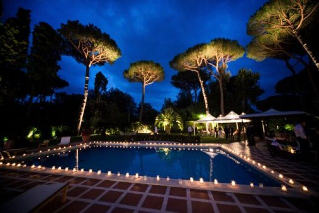 Le spot LED permet d'éclairer votre piscine la nuit de façon économique.