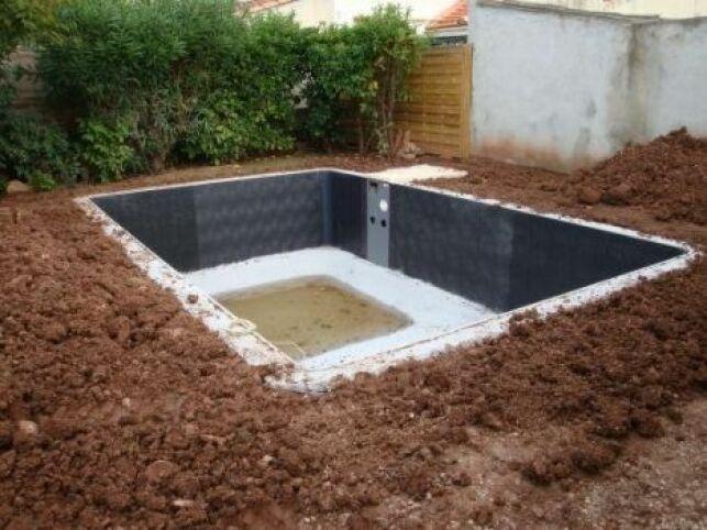 Le talutage de la piscine permet d'aménager les abords du bassin.