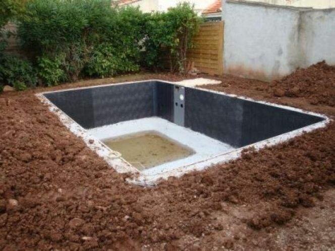 """Le talutage de la piscine permet d'aménager les abords du bassin.<span class=""""normal italic petit"""">© Piscine Desjoyaux</span>"""