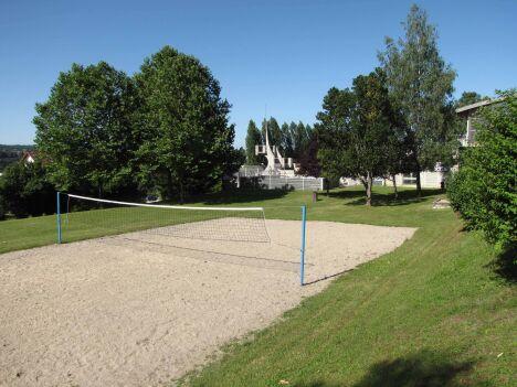 """Le terrain de beach volley de la piscine des Vallons de la Tour à La Tour du Pin<span class=""""normal italic petit"""">© Communauté de communes des Vallons de la Tour</span>"""