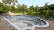 Terrain piscine : situation, préparation et implantation du bassin dans le jardin