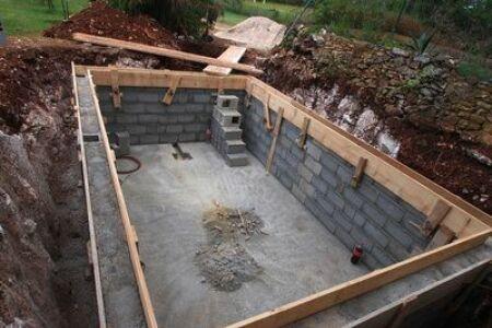 """Le terrassement de votre piscine : préparez votre terrain<span class=""""normal italic petit"""">© nevenm - Fotolia</span>"""