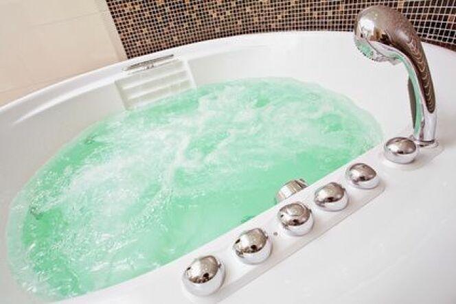 """Le principal avantage d'un traitement au brome pour le spa est son absence d'odeur contrairement au chlore.<span class=""""normal italic petit"""">© HamsterMan - Fotolia.com</span>"""
