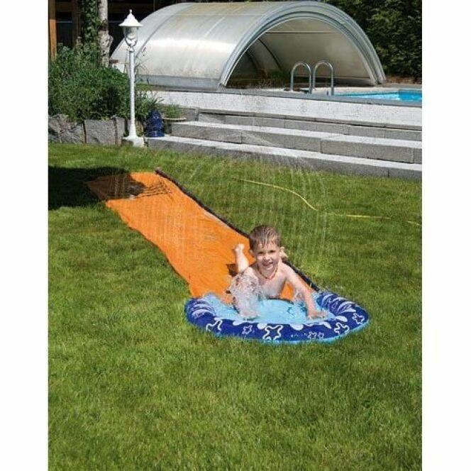 """Le ventriglisse permet à petits et grands de s'amuser dans le jardin.<span class=""""normal italic petit"""">© Cdiscount</span>"""