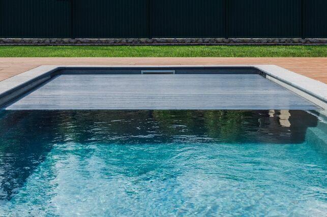 Le volet de piscine automatique, ouverture et fermeture à télécommande