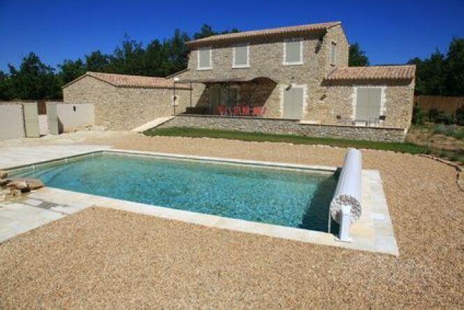 """Le volet de piscine chauffant<span class=""""normal italic petit"""">© Cyril Comtat - Fotolia</span>"""