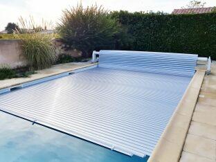 Le volet de piscine en lames polycarbonate: une couverture ultra-résistante