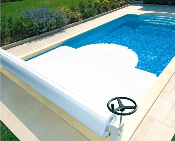 Le volet de piscine électrique de piscine consomme plus d'énergie que l'enrouleur manuel mais il est plus facile à manipuler.